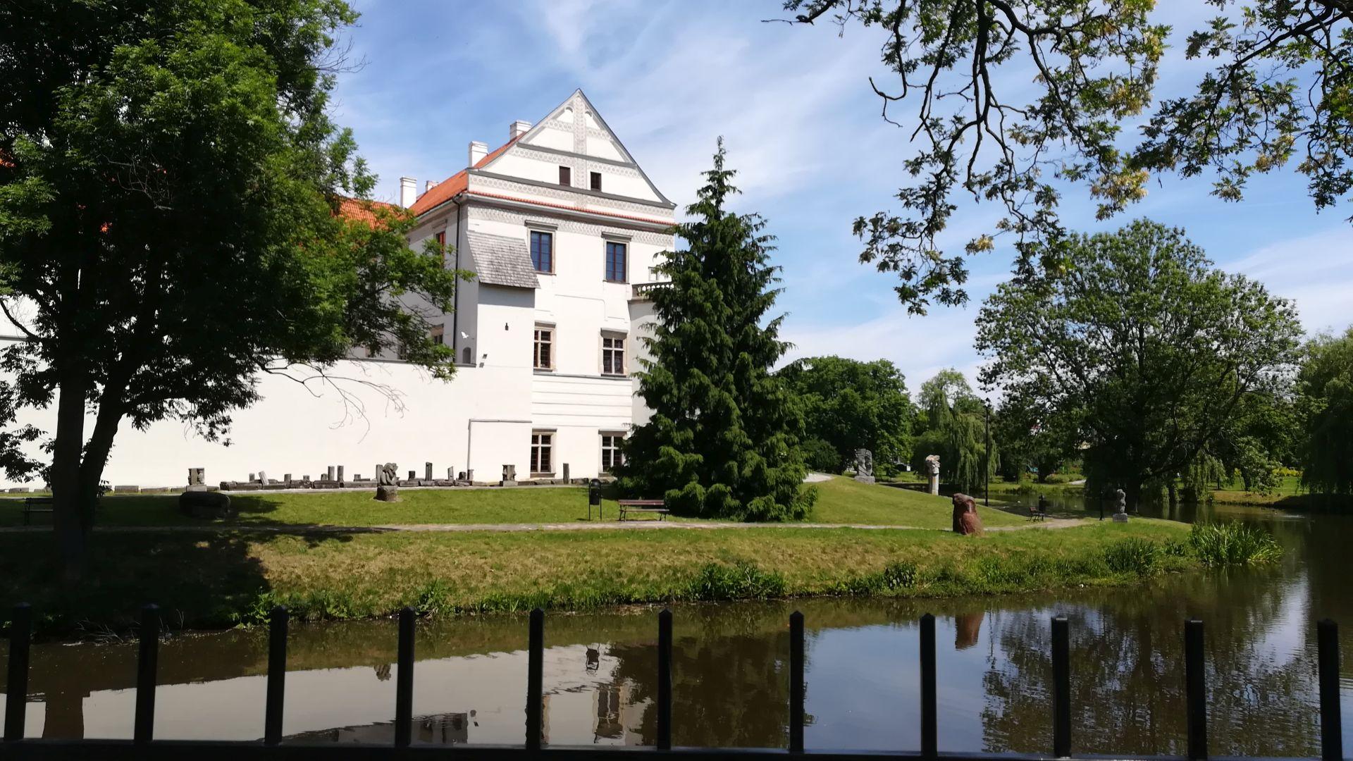 """Podpisanie umowy na kompleksową realizację nowej wystawy stałej """"Zamek w Szydłowcu. Wokół mecenatu dawnych właścicieli"""" dla Muzeum Ludowych Instrumentów Muzycznych w Szydłowcu."""